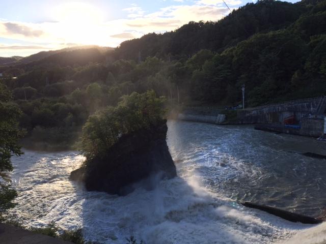 天然の岩を減勢工に使ってる清水沢ダム、なんだかんだで先月の台風にも耐えてるから、先人の工夫はダテじゃないんだな