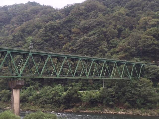トラス橋の断面方向にある補強(×や✳︎形状)って、1つ置きにしか入ってないけど上路トラスでしかあり得ない構造だけに興味深い