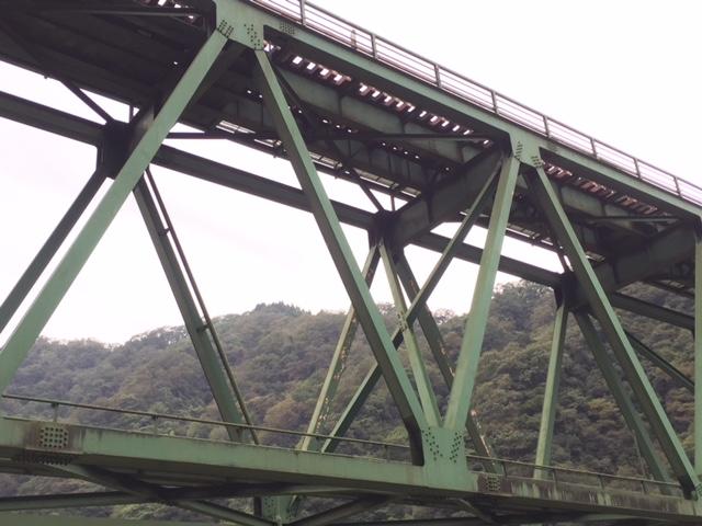 三江線の巨大トラス橋(上路)、トラス桁の上にプレートガーダーを載っけたような構造なんだな