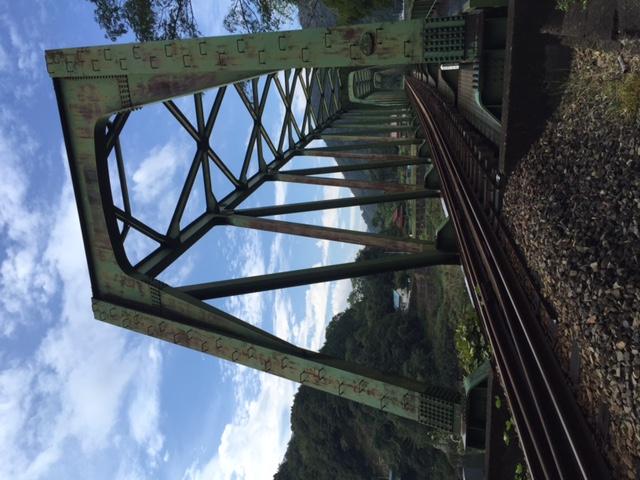 それにしてもこの鉄橋、昭和49年とは思えない古めかしい外観だけど、スパンが長いから古い設計のままだったのかな? 川崎重工加古川製作所