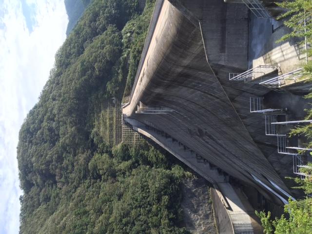 今日のダム 全堤長自由越流型という超レアなダムだそうな ダムの天端が丸っこくなってるのがその特徴