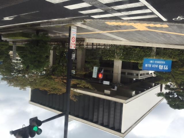 島根県庁舎のデザイン、近代建築っぽいのだけど有名なデザイナーの作品だろうか? それはそうとして、赤十字マークの入った蔵もあるし、建築デザインがカオスな街並みも面白い