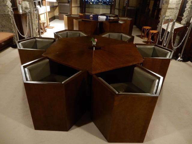 #ヨドコウ迎賓館 スプリング式にソファーは現在では作られていないので、修理が出来る人も限られているんだとか