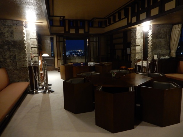 #ヨドコウ迎賓館 2階の応接室は窓を額縁として展望を借景するデザイン