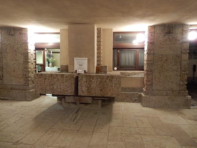 #ヨドコウ迎賓館 雨水を玄関に引き込んで装飾の一分として使っている 玄関の小ささは次に繋がる空間のための演出である