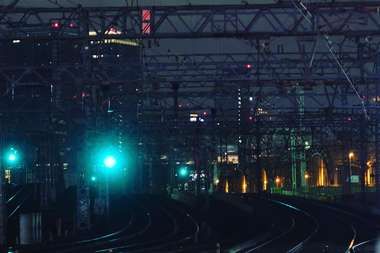 夜景@遠景に大阪梅田の夜景を眺める線路